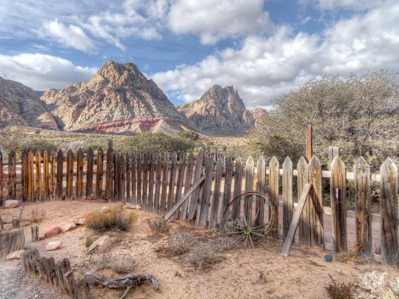 Stary chwiejne drewniany palika ogrodzenie w suchym krajobrazie zdjęcie royalty free