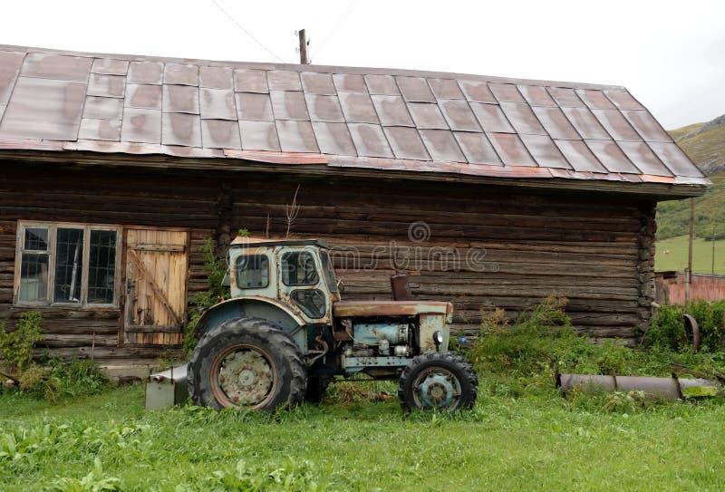 Stary ciągnik T-40 w wioska jardzie wioska Chineta Altai Krai obrazy stock