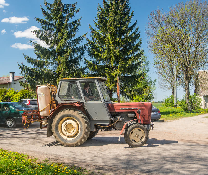Stary ciągnik z pestycyd natryskownicą zdjęcie royalty free