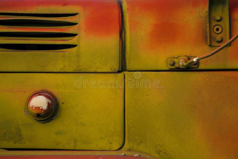 Stary ciężarowy zakończenie Abstrakcjonistyczna tło pomarańcze i zieleni kolory Ośniedziała powierzchnia w grunge stylu zdjęcie stock