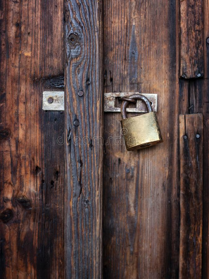 Stary ciemnego brązu drewniany drzwi z kłódką obraz royalty free