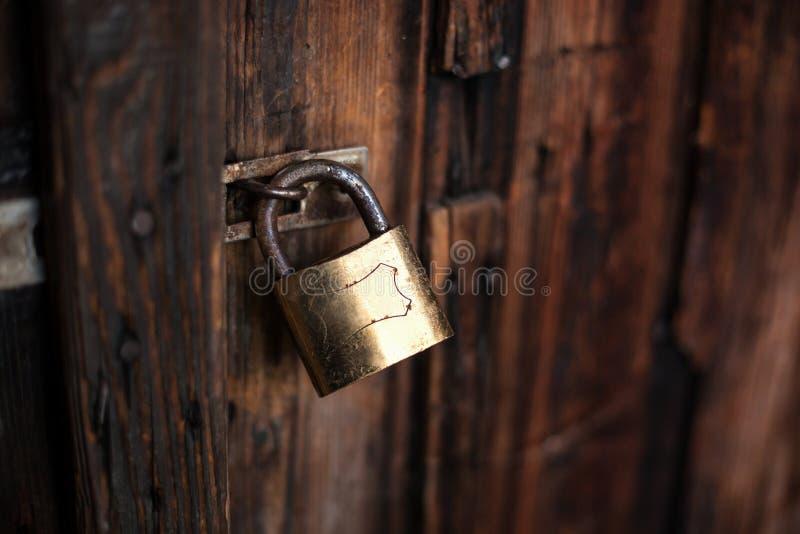 Stary ciemnego brązu drewniany drzwi z kłódką obraz stock