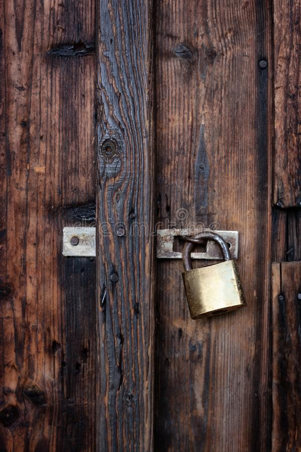 Stary ciemnego brązu drewniany drzwi z kłódką obrazy royalty free