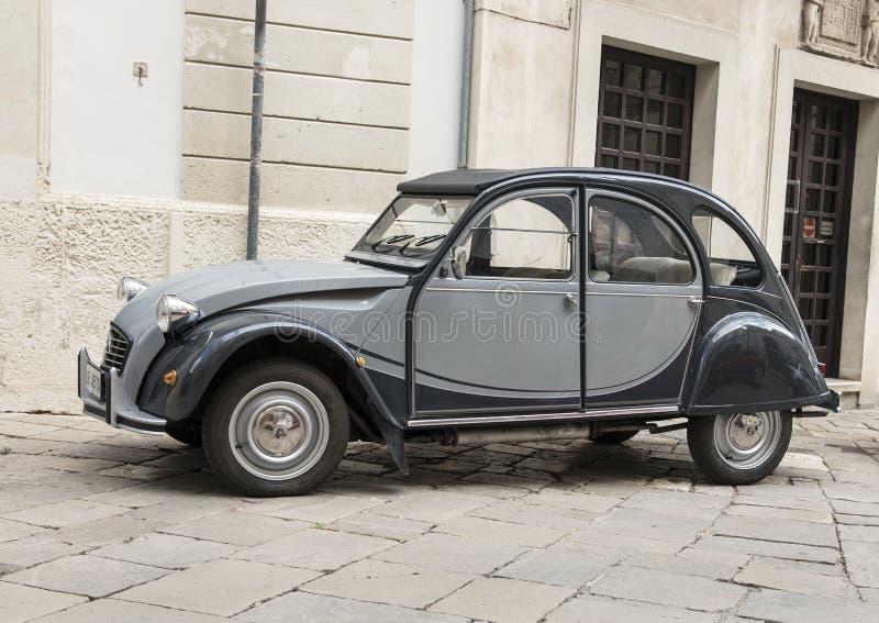 Stary Citroen 2CVS Charleston samochód na ulicie w Galatina, Włochy zdjęcia stock
