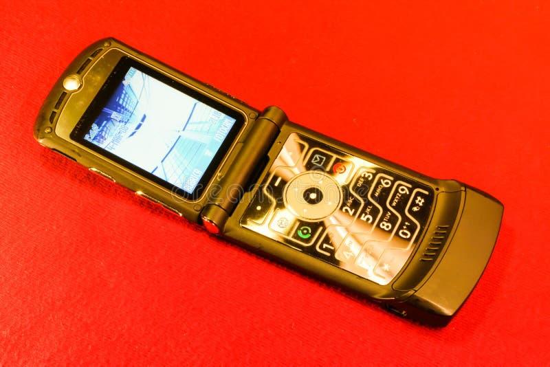 Stary clamshell GSM telefon komórkowy obrazy royalty free