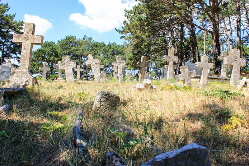 stary cmentarz z kamiennymi krzyżami fotografia stock