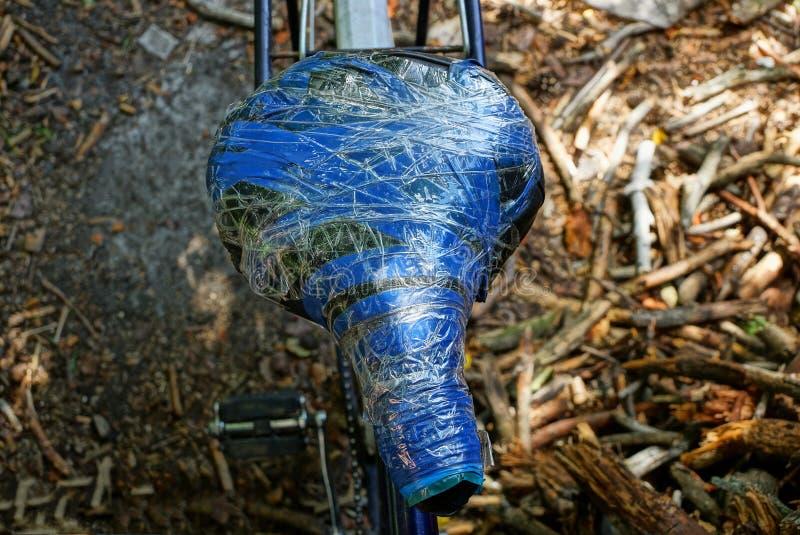 Stary comber zawijający z szarą i błękitną elektryczną taśmą na bicyklu obraz royalty free