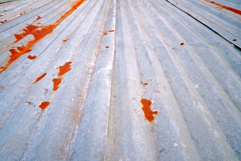 Stary cynku dach, ośniedziała metal ściana obrazy royalty free