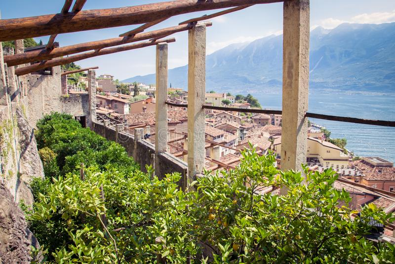 Stary cytryna dom w Limone sul Garda, Włochy obrazy royalty free