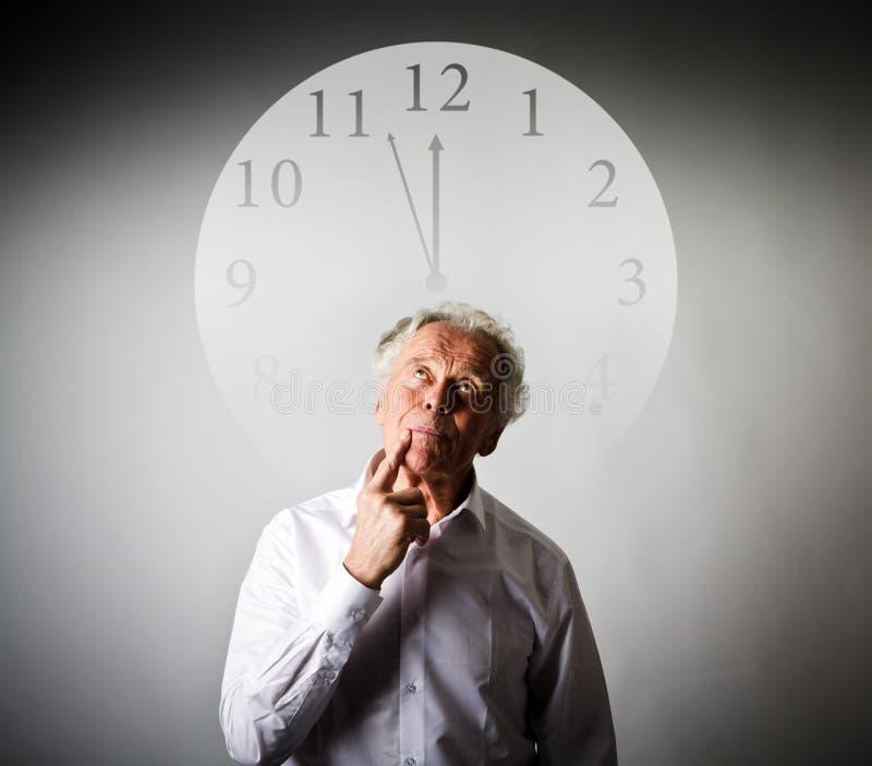 Stary człowiek czeka Trzy minuty Dwanaście obrazy royalty free