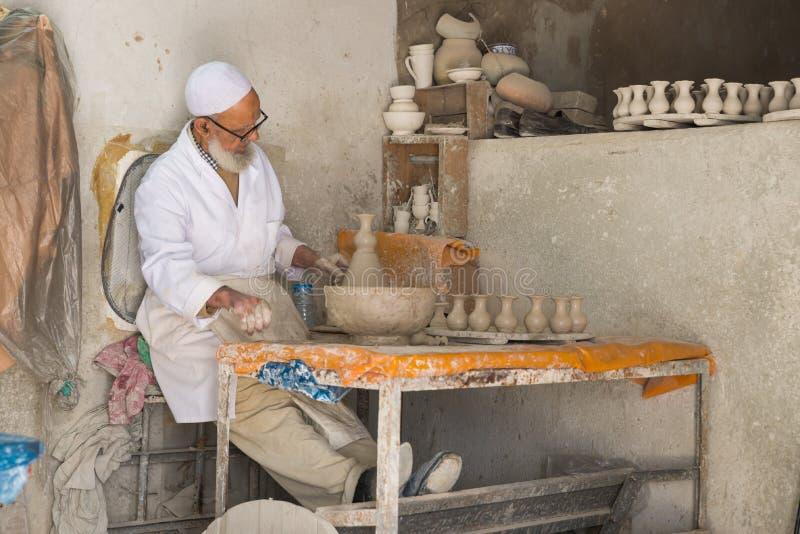 Stary człowiek foremka ceramiczna waza w ceramicznej fabryce fotografia royalty free