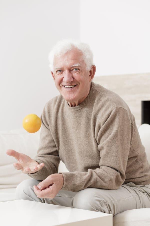 Stary człowiek i pomarańcze obrazy royalty free