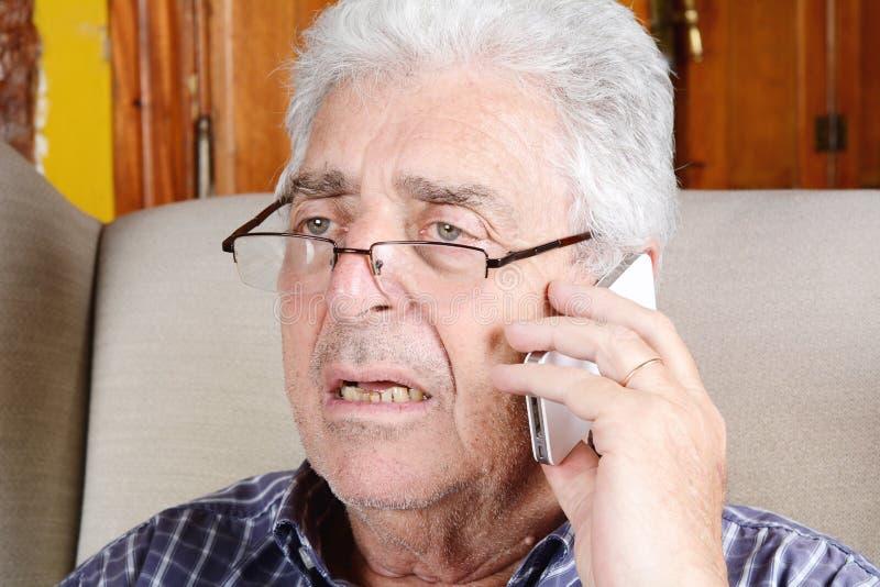 Stary człowiek opowiada na telefonie obraz stock