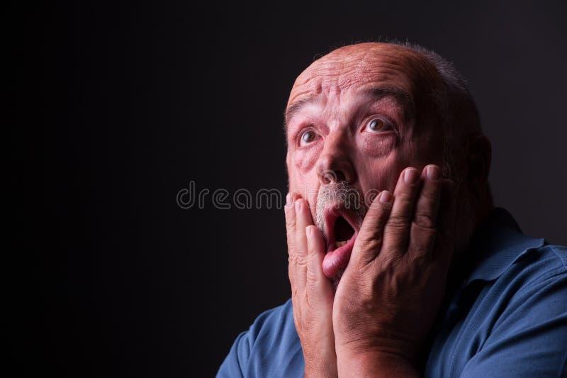 Stary człowiek patrzeje okaleczający lub szalony zdjęcie stock