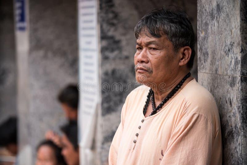 Stary Człowiek przy Suthep świątynią w Chiang Mai fotografia stock