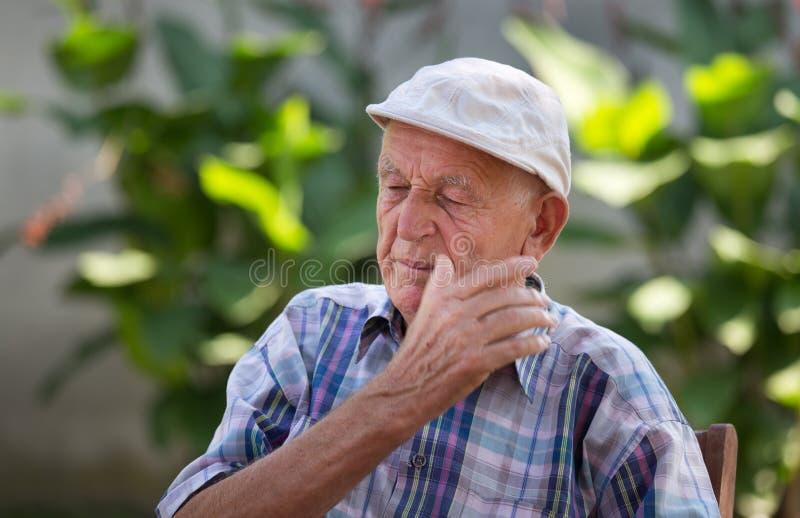 stary człowiek przygnębiony zdjęcia stock