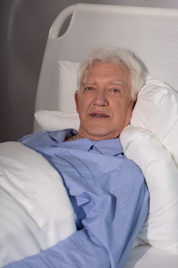 Stary człowiek samotnie w hospicjumie obrazy stock