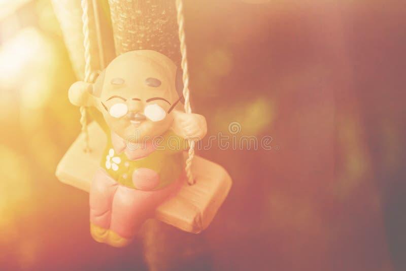 stary człowiek szczęśliwa huśtawkowa lala w parkowym rocznika koloru brzmieniu, Szczęśliwy L fotografia stock