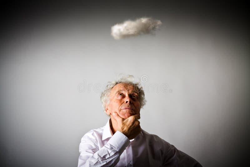 Stary człowiek w białej i małej chmurze zdjęcia royalty free