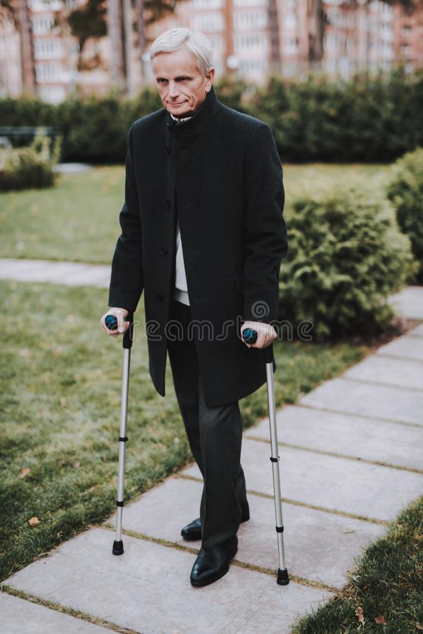 Stary Człowiek w kostiumu Chodzi z piechurami dla dorosłych zdjęcie royalty free