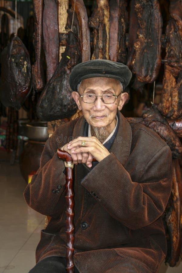 Stary człowiek w miasteczku, porcelana fotografia royalty free