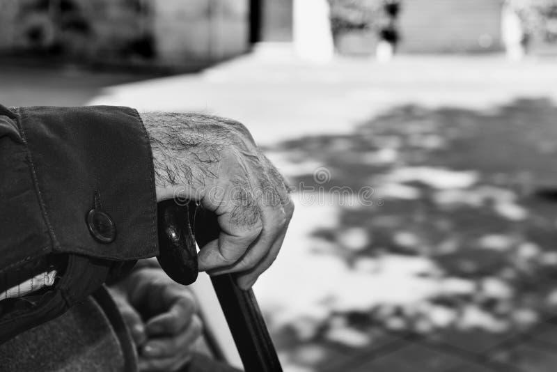 Stary człowiek z chodzącym kijem, czarny i biały zdjęcia stock