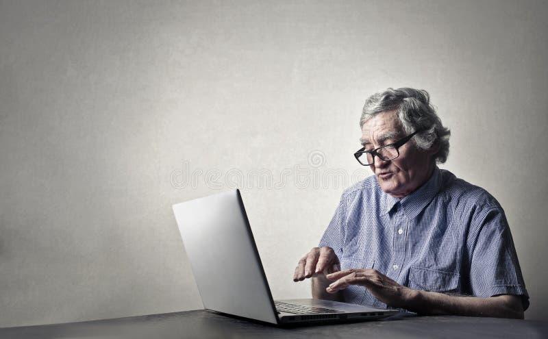 Stary człowiek z laptopem zdjęcie stock