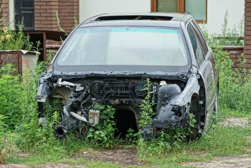 Stary czarny łamający samochód w trawie obraz royalty free