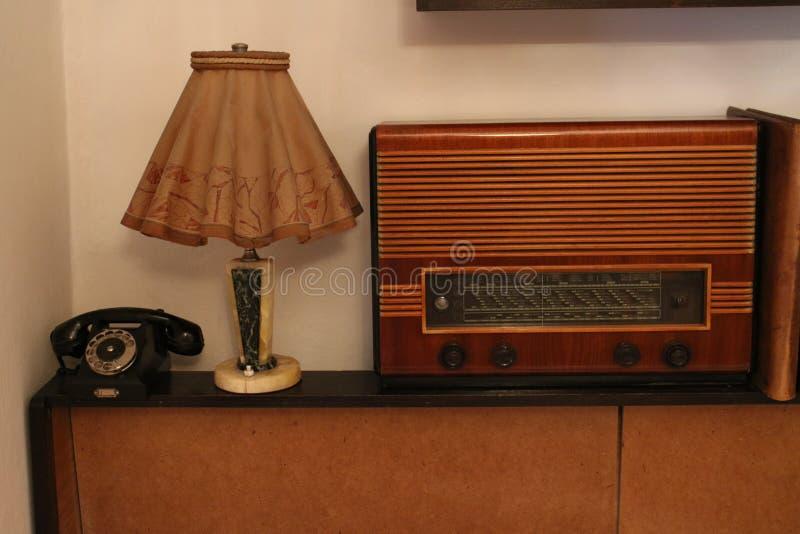 Stary czechoslovakian radiowy odbiorca z stołowej lampy i telefonu setem obraz stock