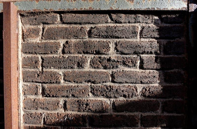 Stary czerwony ściany z cegieł grabienia światło fotografia stock