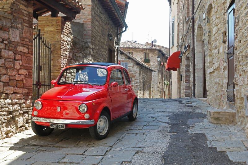 Stary czerwony Fiat 500 w wąskiej ulicie miasteczko obrazy royalty free