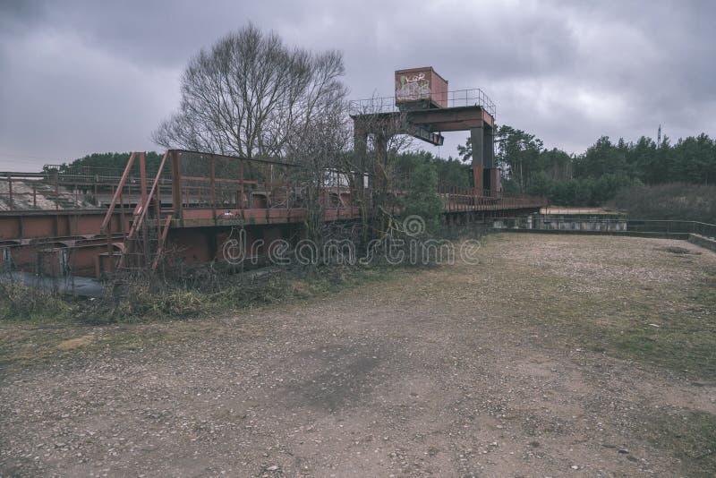stary czerwony metalu most nad wodą - rocznika retro spojrzenie zdjęcie stock