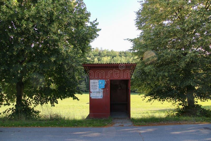 Stary czerwony przystanek autobusowy zdjęcia stock