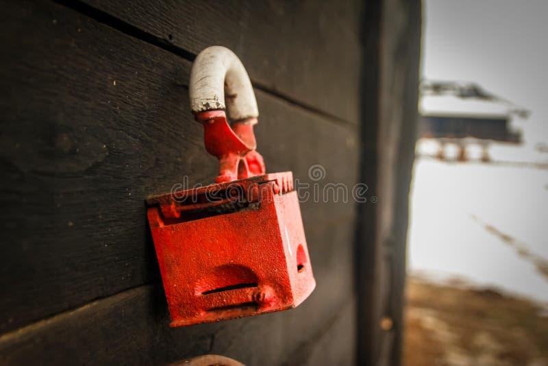 Stary czerwony retro flatiron na drewnianej ścianie fotografia royalty free