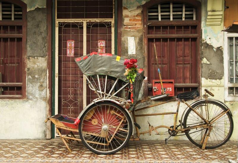Stary czerwony riksza i dziedzictwa dom, Penang, Malezja obraz stock