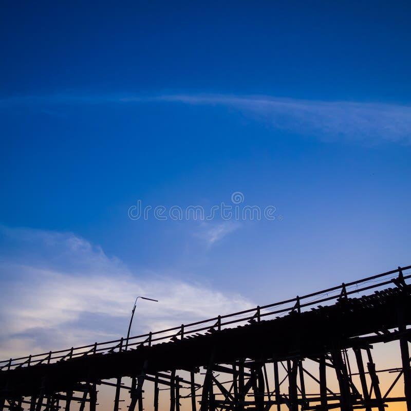 Stary długi drewniany most obrazy stock