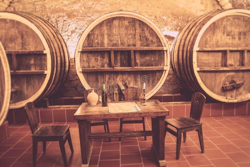 Stary d?b beczkuje w antycznym wino lochu obrazy stock