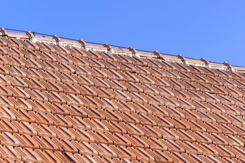 Stary dach pomarańczowe gliniane płytki fotografia royalty free