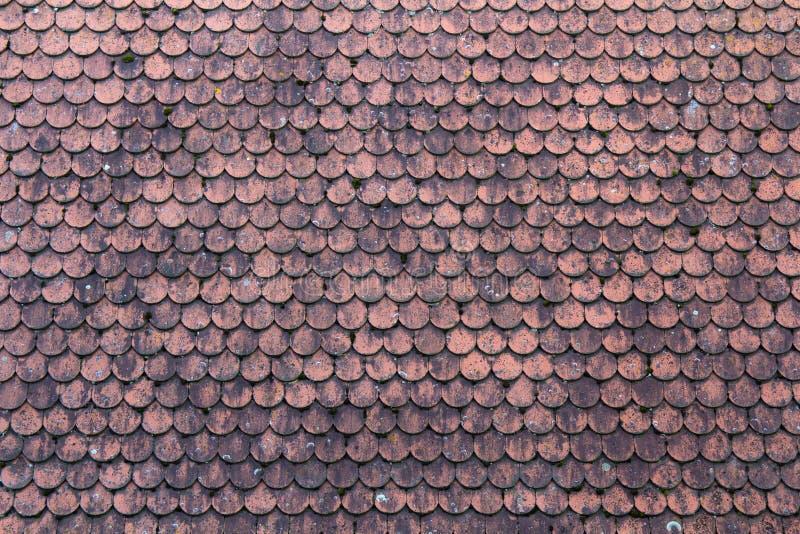 Stary dach zakrywający z czerwieni płytkami dla użycia jako tło obrazy royalty free
