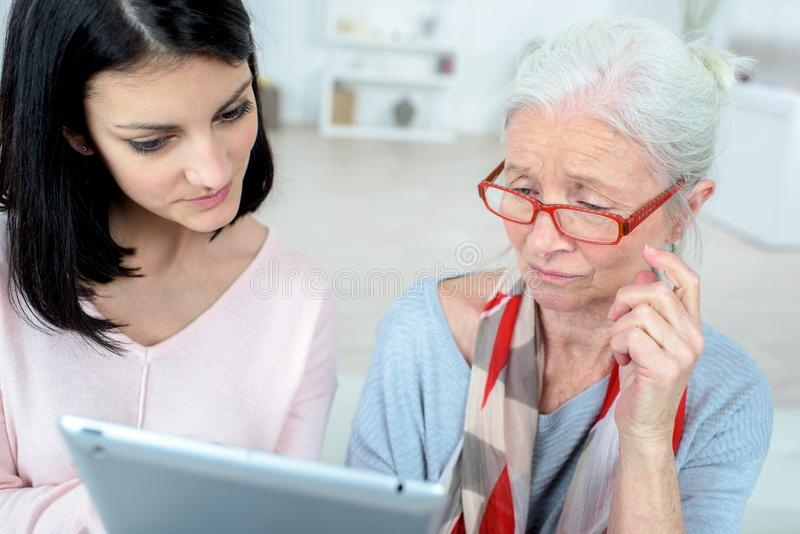 Stary dama uczenie dlaczego używać nowożytną technologię obrazy royalty free