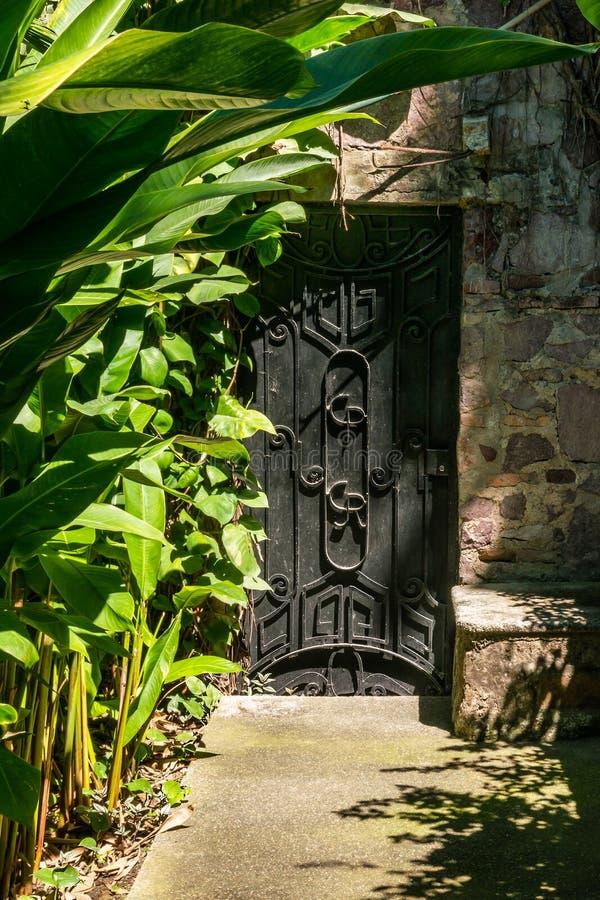 Stary dekoracyjny dokonanego żelaza grilla drzwi, Puerto Vallarta, Mexi fotografia stock