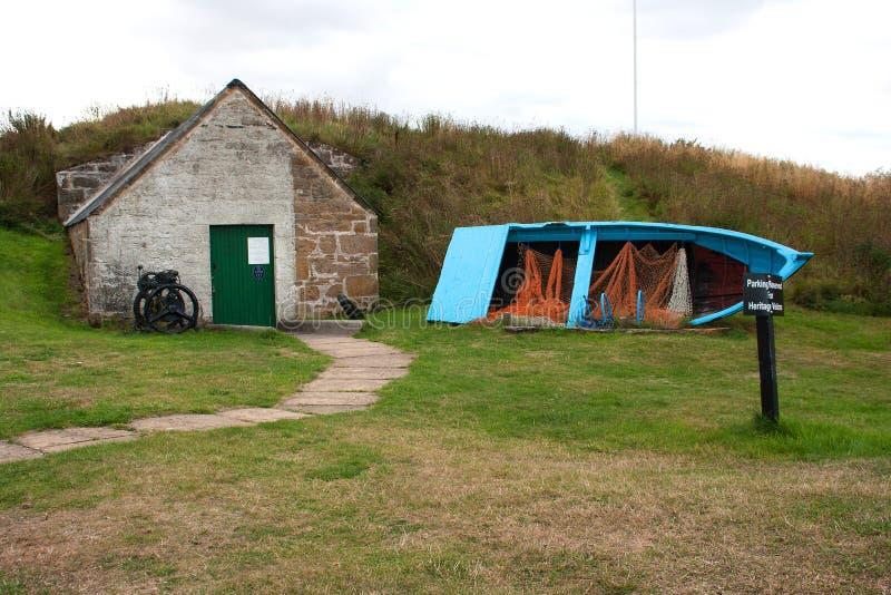 Stary disused szalunek budował łódź rybacką z sieciami i homarów garnkami na pokazie zdjęcia stock