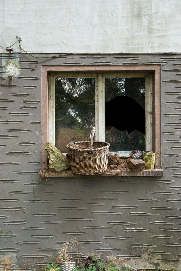Stary dom łamający okno zdjęcie royalty free