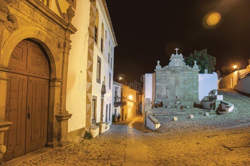 Stary dom i fontanna w baroku projektujemy przy półmrokiem w Marvao fotografia stock