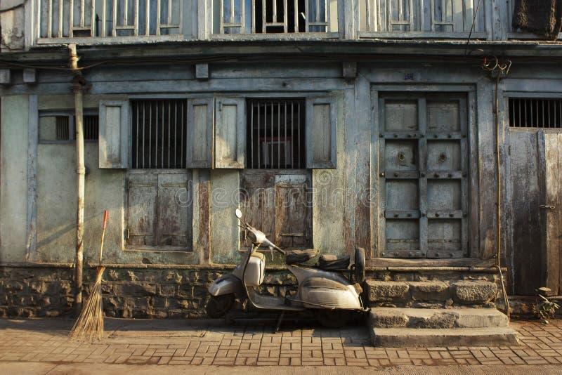 Stary dom i hulajnoga parkowaliśmy outside, Pune ulica, maharashtra, India obrazy stock