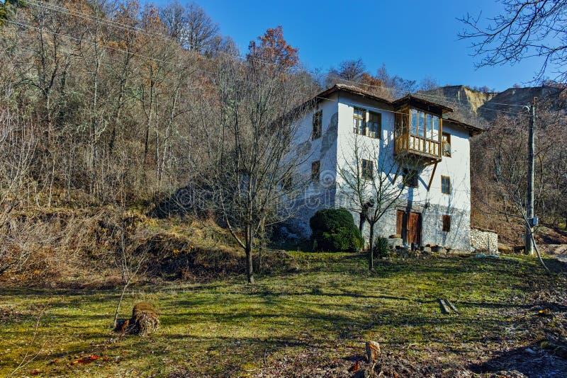 Stary dom i piasków ostrosłupy w wiosce Rozhen, Bułgaria obraz stock