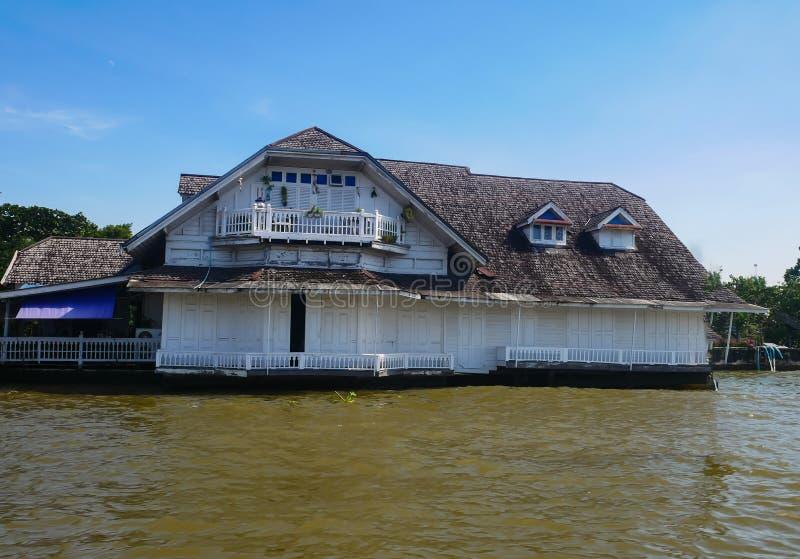 Stary dom na Chao Phraya rzece zdjęcia stock