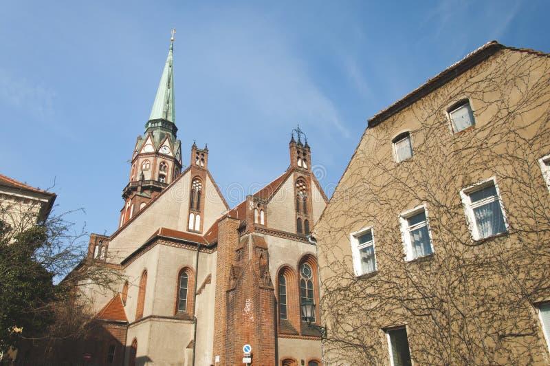 Stary dom w kontraście z kościół obraz royalty free