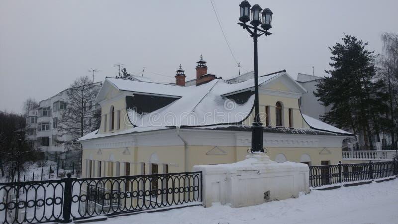 Stary dom w mieście Yaroslavl, dokąd tradycja kłamał ranną literacką bohatera Andrei Bolkonsky ` wojnę Leo Tols i pokoju ` zdjęcie stock