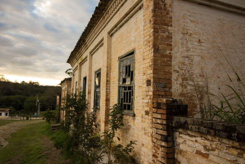 Stary dom w ruinach, miejscu, nieco nawiedzającym i tajemniczym obraz royalty free